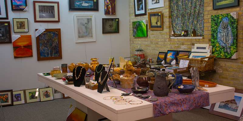 Art galleries include Lemon Street Gallery.