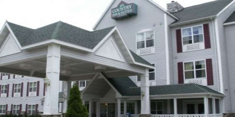 Front of the Stevens Point Country Inn and Suites